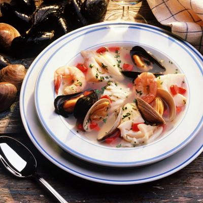 海参,海鱼,海带,海菜等海产品中,含有较多的尿酸,被人体吸收后在关节